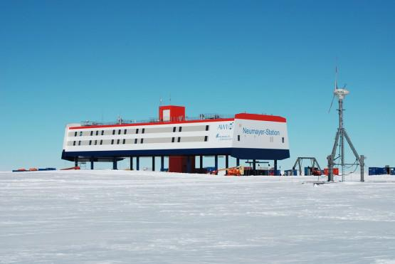 antarctic-base-neumayer-iii-germany-555x371.jpg